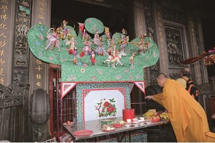艋舺龍山寺中元盂蘭盆勝會普度山陳列在三川門的步口