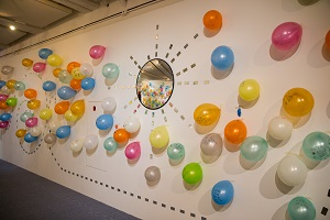 """During the exhibition """"I Want to Dream,"""" Tsai Hai-ru sets up a wall of colorful balloons that viewers can write down their aspirations. (Photo courtesy of Taipei Fine Arts Museum)"""