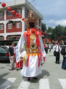 General Xie, a giant judicial deity, shows up in the birthday parade of Taipei Xiahai City God Temple on the 13th day of the fifth lunar month, which falls on June 28 this year. (Photo courtesy of Taipei City Archives Committee)