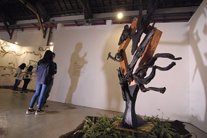 """Rukai artist Pasulange Druluan's driftwood sculpture """"Gazing"""" in the Mission area. (Photo by Bill Cheng)"""