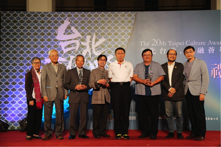 5.Taipei City Mayor Ko Wen-je (4th from right), DoCA Commissioner Chung Yung-feng (2nd from right), Liang Chi-min, artistic director of Godot Theatre Company (3rd from right), Sun Rong-hui (4th from left), and Liu Qing-zheng (3rd from left) with judges of the Taipei Culture Award ceremony, Nov. 20. (Photo by Carol Hsieh)<br/>