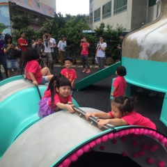 1.Children from Zhengyi Kindergarten climb on the water tank tunnel.Opening day at the Kids Ambition Park on Aug. 10. (Photo courtesy of DOCA)