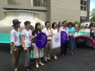 3. DOCA Commissioner Beatrice Hsieh (third from right) and Agua Design Director Agua Chou (second from left) pose for a photo with other visitors on the opening day.