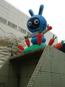 One black-and-blue rabbit surrounded by carrots stands atop one of the underground passages that leads to Zhongshan MRT Station. (Photo courtesy of Department of Cultural Affairs, Taipei City Government)