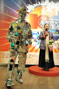 Austrian artist Gustav Troger, left, dressed in a suit made of stitched-together glass mirrors, stands next to Hsieh Hsiao-yun, Commissioner of Department of Cultural Affairs, Taipei City Government, in a press conference February 10 to promote the exhibition. (Photo courtesy of MOCA)