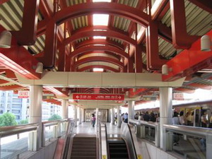 Stations on the Tamsui line use the red line color as the theme color in architecture furnishing