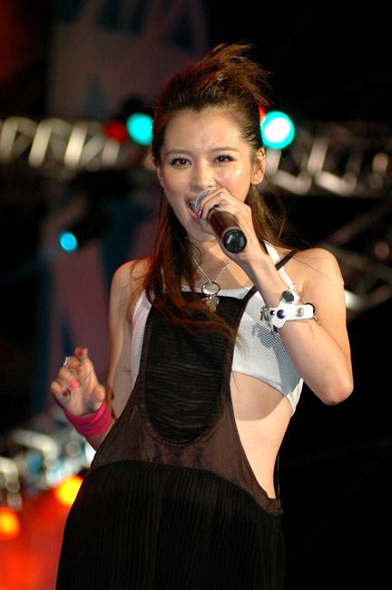 Idol star Vivian Hsu sings