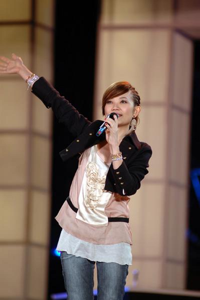 The idol star sings
