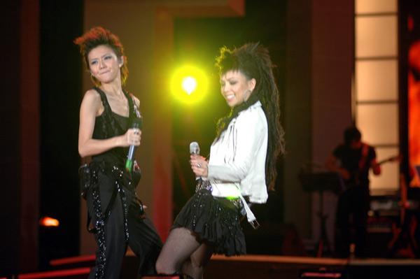 Idol star YAN-ZI SUN and A-mei sing