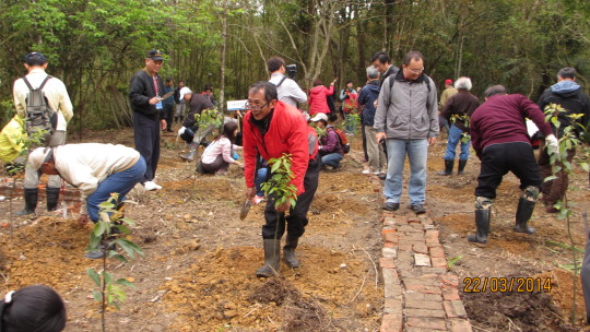 Water district residents, authorities, and volunteers planting camphor and other native trees