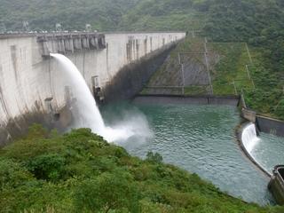大壩設施維護照片右中--溢洪道閘門試操作