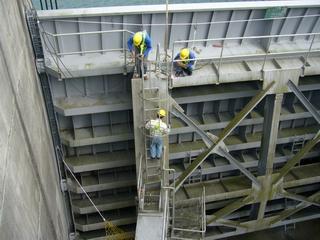 大壩安全檢查照片右上--溢洪道閘門檢查