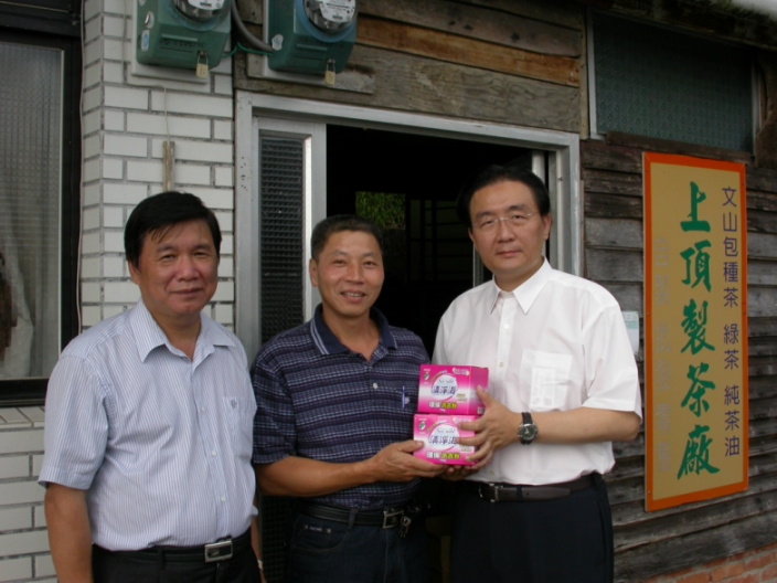 Commissioner Liou (Right) at Yong-an Community with Community Chief Gao (Left) to promote Eco-label phosphate-free laundry and dish detergents to local resident Mr. Luo (Middle) on September 12th, 2012
