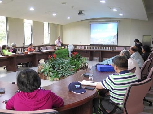 照片1:姚長春執行長於會議室內講授「從蘇迪勒、杜鵑颱風談臺北水之源」課程。