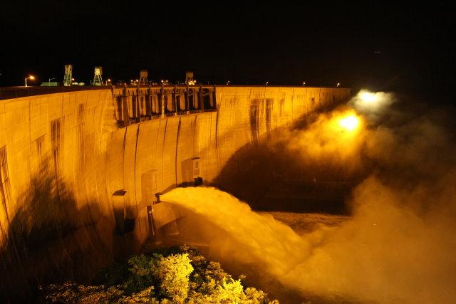 照片2  翡翠水庫開啟沖刷道洩洪照片