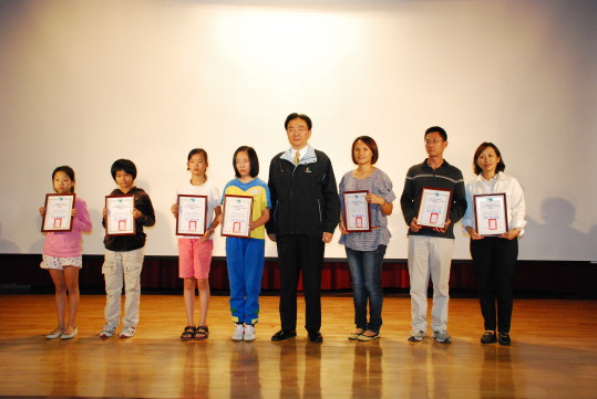 Commissioner Liou presents certificates to 7 representatives from schools of the Taipei Water Source Domain