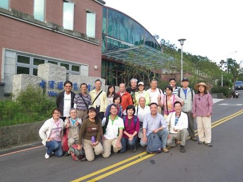 照片2:姚長春執行長與學員於本局「水資源生態教育館」合照。