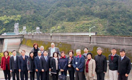 照片2:監察院財政及經濟委員會與翡管局謝局長於翡翠大壩合照