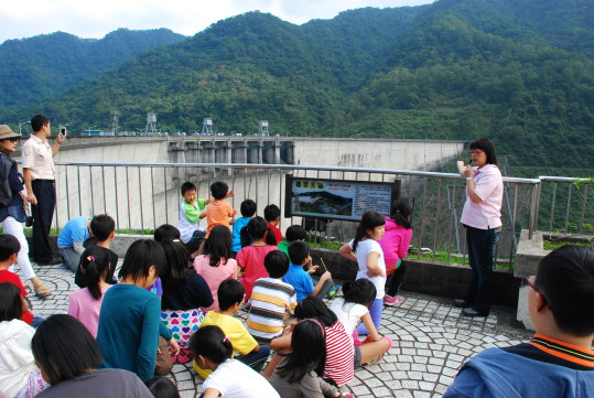 The students of the Taipei Water Source Domain visited the Feitsui dam