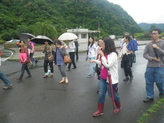 臺北市政府資訊局同仁於大壩進行環境教育體驗課程現地體驗