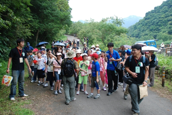 The participants observed all kinds of floras and faunas within the reservoir (July 3)