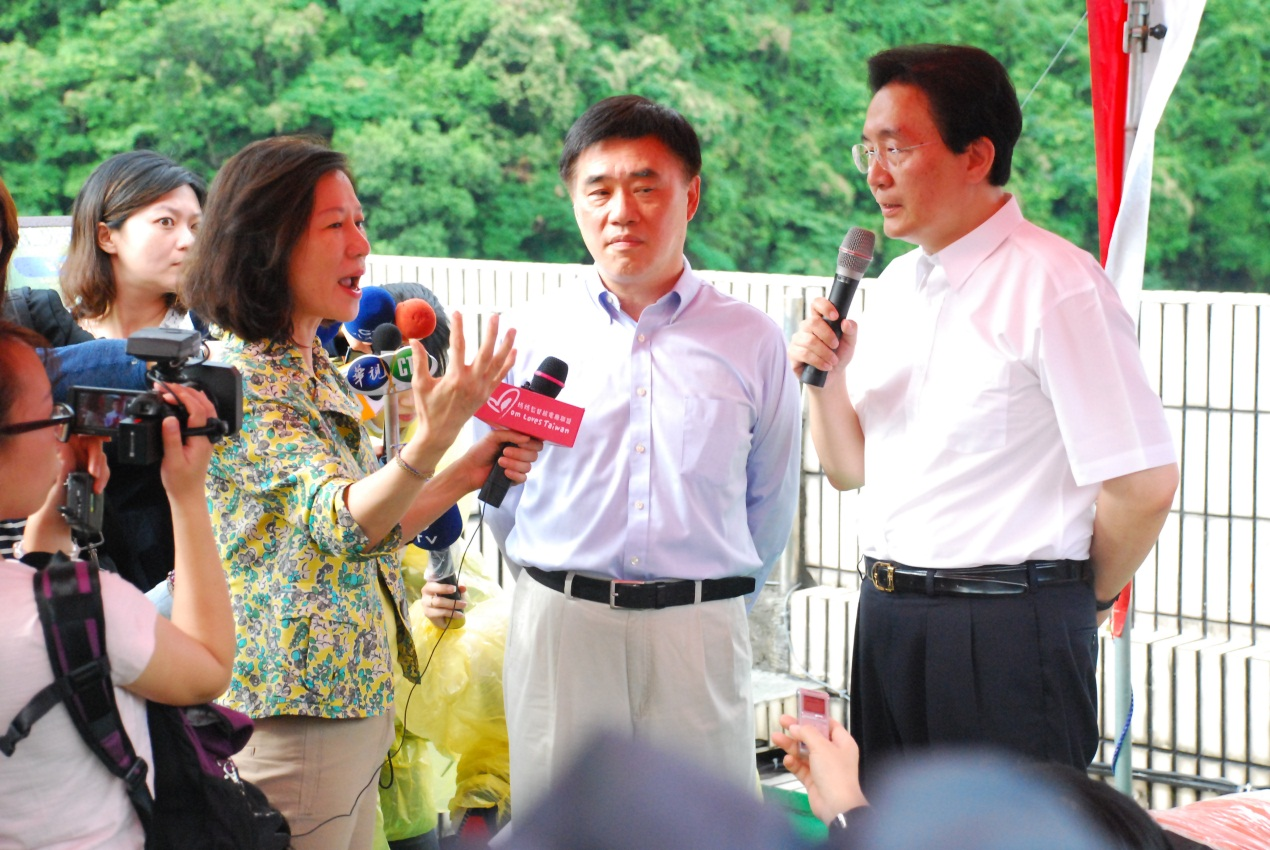 Photo: Miss Chen Ai-Ling, Major Hau and Commissioner Liou discussed about environmental issues