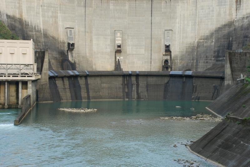 副壩設置於大壩下游側,形成落水池,以保護大壩安全。