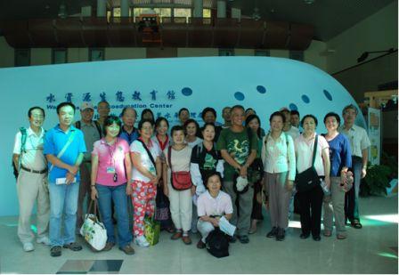 照片1:志工們與徐堉峰教授於水資源生態教育館前合照