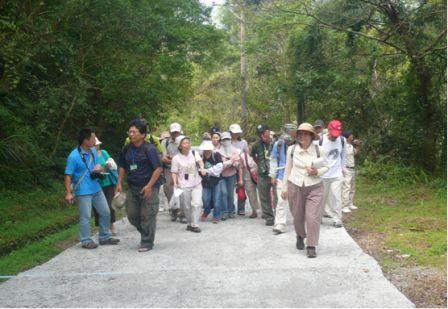 照片2:徐教授與本局志工沿路觀察昆蟲並分享昆蟲相關知識