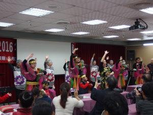 1鼓樂班長者在老師的帶領下,於劍潭青年活動中心精彩表演