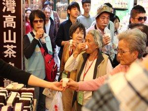16熱鬧滾滾的九份老街,長輩們在小攤前試喝品嚐、滿意極了!