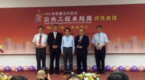 The construction crew pose alongside Taipei City's Deputy Mayor Charles Lin.