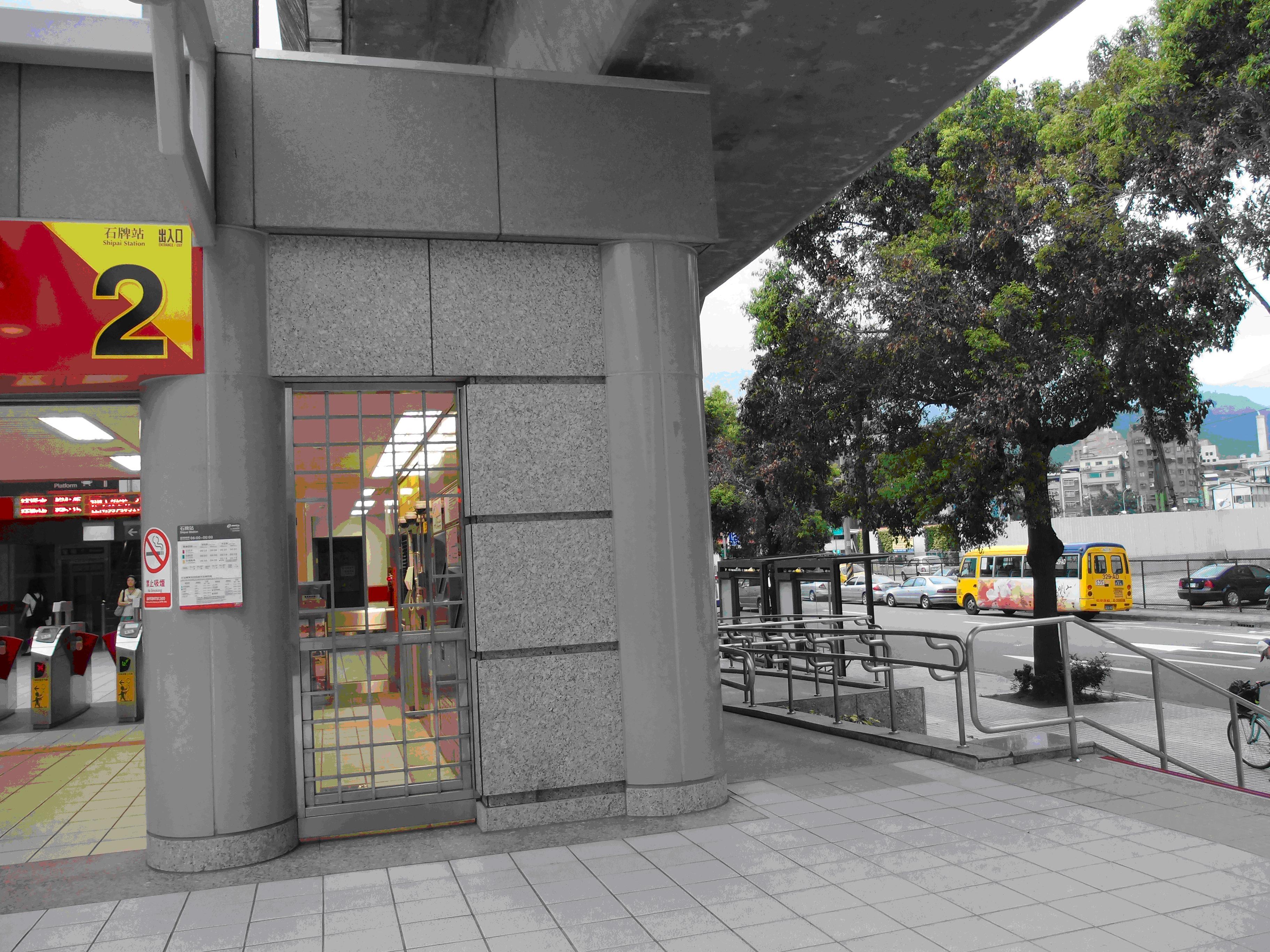 捷運石牌站2號出口2