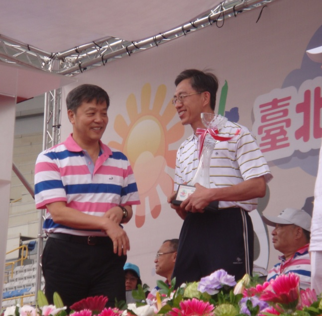 We are the Champion in Group A Fun Competitions! Chief Secretary Chen accepted the award from Deputy Mayor Chen.