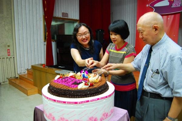 (另開視窗)陳臺長(左)、趙局長(中)及劉前臺長(右)切生日蛋糕為電臺慶生