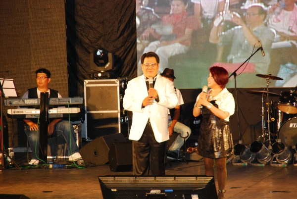 (另開視窗)主持人秦浩、傅薇為演唱會開場