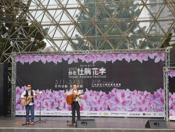 歌手羅吉鎮(左)和李明德(右)