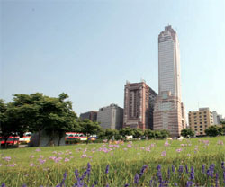 新光摩天大樓在臺北火車站前拔地而起,頗有與天爭高之姿。