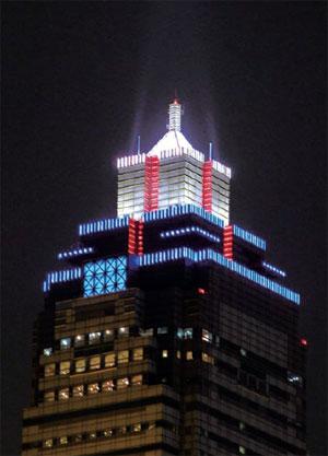 大樓樓頂隨特定節慶呈現燈光展演秀