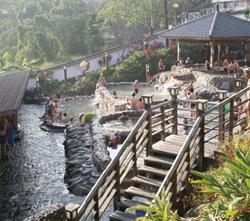 北投公園內有從地熱谷的溫泉溪流經的溫泉。