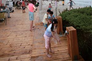 設有洗滌區的人工沙灘,相當方便。