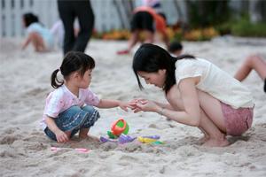 新落成的人工沙灘,吸引親子前來同樂。