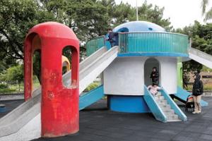 太空城溜滑梯是五、六年級生的童年回憶,現今依舊是兒童流連嬉戲之處。