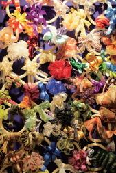 繽紛的珠光拉花帶是包裝禮物不可或缺的裝飾品。
