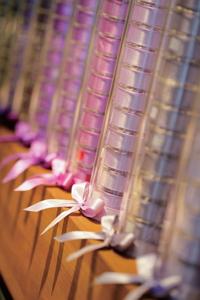 走進全國唯一精緻緞帶專賣店,一整面各色緞帶有如彩虹墜落的「彩虹牆」,引人注目。