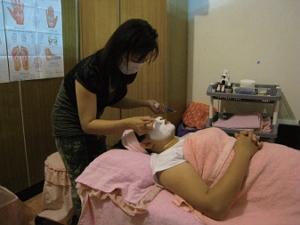 喜歡美容工作的越南籍配偶范家宜,細心地運用專業,幫客人變得越來越美。