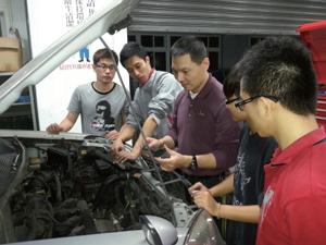 退役士官黃道易(中)受職訓課程啟蒙,一路從技術員變成大學教師,成為學藝皆精的汽車達人。