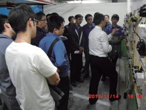 在職能發展學院的訓練下,賴昭銘(講解者)面對複雜的機電設備,已有能力判斷故障原因,專業技術更上層樓。(圖╱賴昭銘提供)