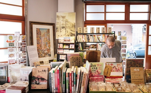 Bookstore 1920s believes their book selection breaks the boundary between time and space and allows readers to enter the glorious times of the 1920s.(Photo: Shi Chuntai)