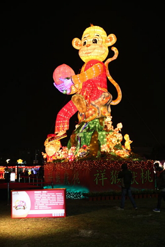 "The eye-catching secondary lantern""Monkeys Presenting Peaches"" displayedat the 2016 Taiwan LanternFestival. (Photo: Chen Zurong)"